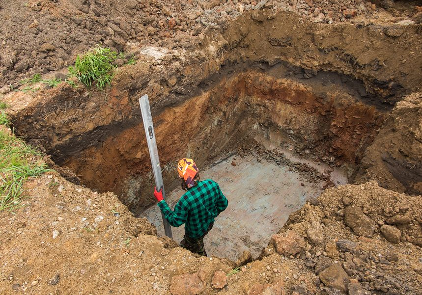digging and leveling the bottom of the backyard septic tank outflow